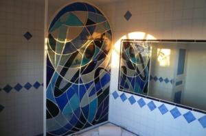 Vitrail de séparation salle de bain en dalle de verre